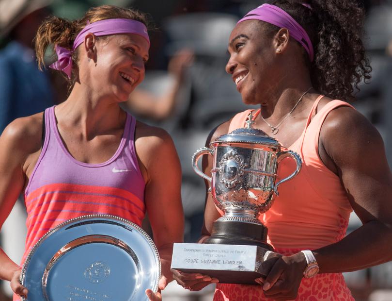 Serena e Safarova com os trofeus de Roland Garros