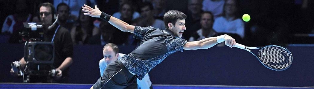 Djokovic controla o saque de Isner e vence a 1ª no Finals. Zverev bate Cilic